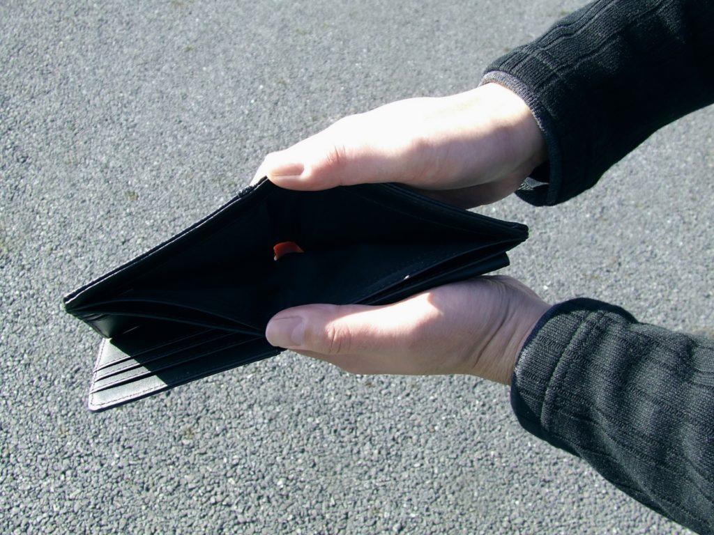 減給され空っぽの財布