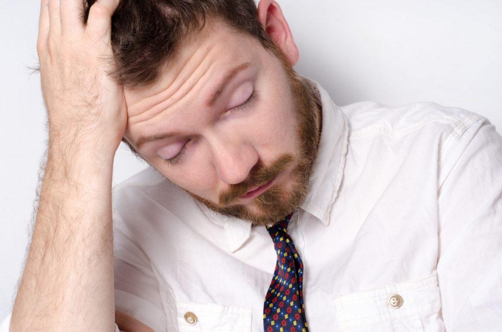 眠れない男性