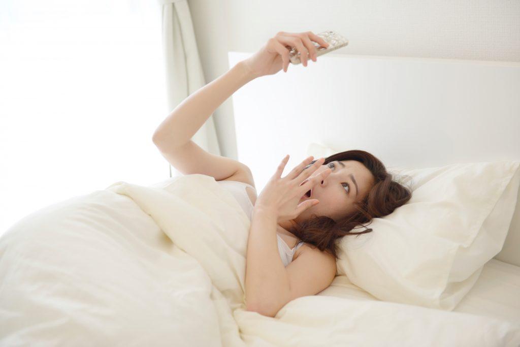 寝坊して遅刻する女性